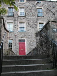 "24 Calton Hill, Entrance (1st floor, with listed ""castle"" windoboxes)"